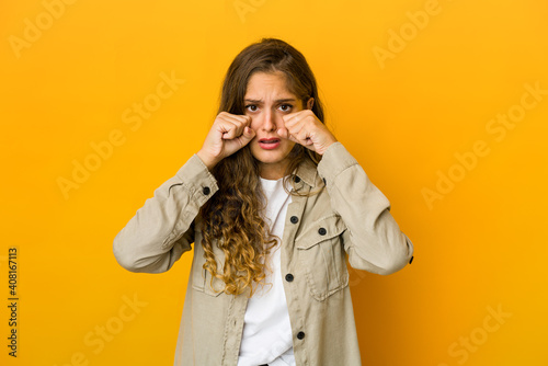 Foto Young caucasian woman whining and crying disconsolately.