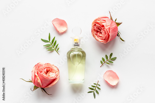 Fototapeta Floral flat lay with perfume bottle, top view obraz