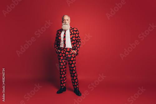 Photo Photo of self-assured handsome bearded gentleman hands pockets wear heart print