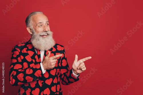 Tela Photo of bearded promoter man fingers indicate look empty space wear heart print