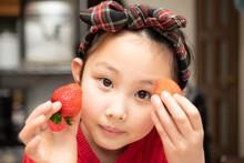 苺を持った少女