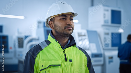 Canvas-taulu Industry 4 Factory: Portrait of a Modern Worker Wearing Safety Jacket and Hard H