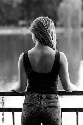 Obraz Brunetka - kobieta nad wodą - fototapety do salonu