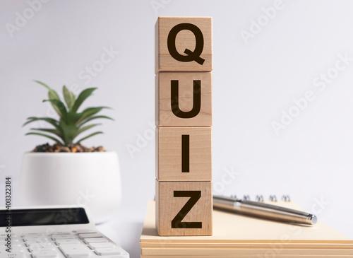 Fotografia Quiz word, inscription. Question game and quest concept