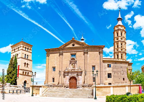Canvas The church of San Juan de Los Panetes with a leaning tower in Zaragoza, Spain