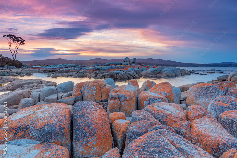 Fototapeta Beautiful sunset over scenic rock formations at Binalong Bay. Bay of Fires conservation Area. North Eastern Tasmania, Australia.