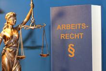 Symbolbild: Fachbuch Arbeitsrecht Und Eine Justitia