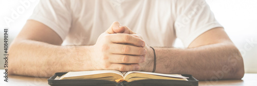 Obraz na plátně Reading the bible