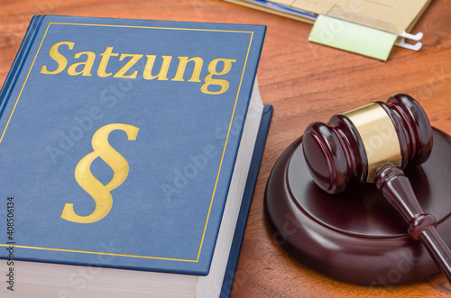 Fototapeta Gesetzbuch mit Richterhammer - Satzung obraz