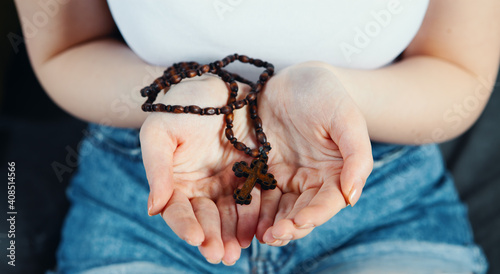 Fototapeta young girl holding a small cross