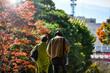 秋の行楽地で並んで歩く仲の良い老夫婦
