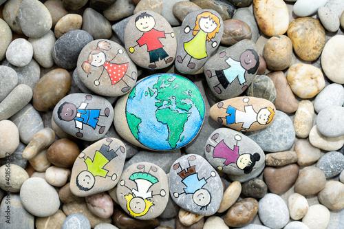 Tableau sur Toile Junge Menschen stehen zusammen für eine schöne Welt.