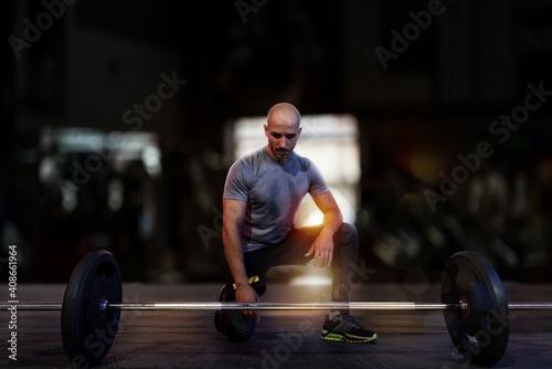 Cuadros en Lienzo Athletic man training biceps at the gym