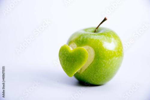 Heart shape cut in apple Fototapete