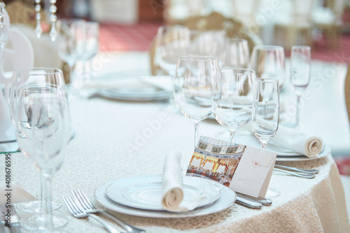 Carta da parati Festive table in the banquet hall are decorated with plates, glasses and cards for guests