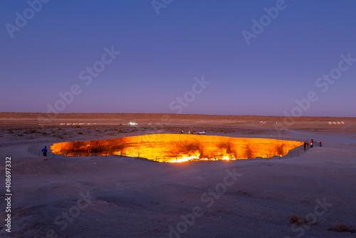 Fotomural Darvaza Gas Crater in Turkmenistan, part of Karakum Desert during twilight