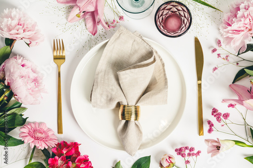 Elegant table setting with floral decor, flat lay Fototapete