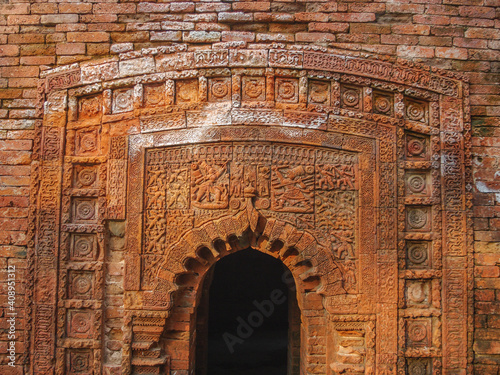 Fotografia Beautiful carved terracotta with Ramayana battle scene on entrance porch of Chot