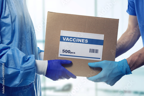 Leinwand Poster medical worker accepting box delivery of vaccines from courier