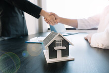 Buyers And Real Estate Agents Have Agreed To Buy And Sell By Holding Hands To Rent Or Buy A House After The Documents Have Been Signed Within The Office.