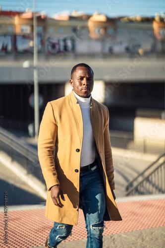 Fototapety, obrazy: Chico negro atractivo posando con abrigo beige largo