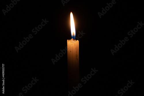 Canvas Print Una vela sobre un fondo completamente oscuro