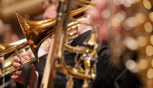 Fotografia Trumpet professional player with symphony orchestra performing in concert on background