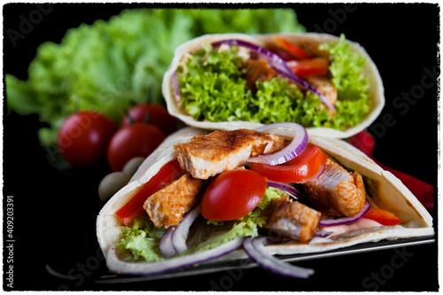 Fototapeta tortilla, jedzenie, posiłek, salada, kurak, obiad, płyta, pomidor, sałata, jarzyna, lunch, grilla, zdrowa, jarzyna, dania, delikatesowy, gotowane, swiezy, przepyszny obraz