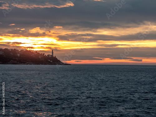 Canvas Print Lever de soleil sur la mer et le phare de la presqu'île du Cap Ferrat près de Ni