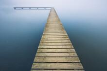 Jetée à Pêcheur En Bois Sur Une étendue D'eau Calme Avec Du Brouillard