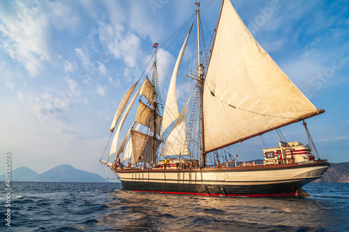 Obraz Rahsegler in der Abendsonne nahe Salina im tyrrhenischen Meer - fototapety do salonu