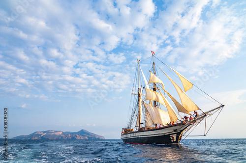 Photo Windjammer unter Segeln vor Lipari