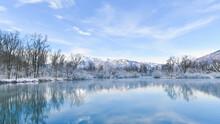 Paesaggio Con Vista Sul Lago, In Inverno, Con La Neve Sulle Montagne