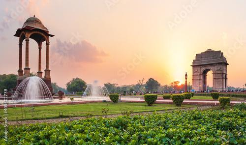 Baldachim i Brama Indii o zachodzie słońca w New Delhi, widok z National War Memorial