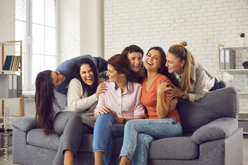 Group of happy friends having fun and enjoying free time together Fototapet