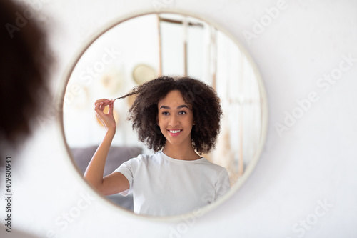 Canvastavla Reflection in round mirror of cute woman, beauty care, advice and ad from modern