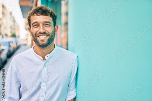 Obraz Handsome man with beard wearing casual white shirt on a sunny day smiling happy outdoors - fototapety do salonu