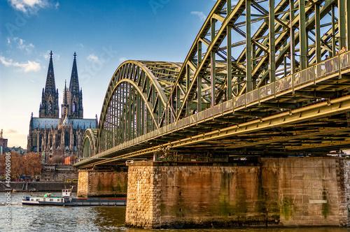 Die Hohenzollernbrücke in Köln vom Rheinufer aus gesehen mit dem Kölner Dom im H Wallpaper Mural