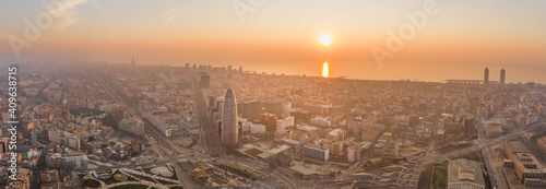 Photo Pano aerial drone shot of Barcelona city with sunrise over horizon