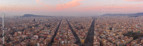 Photo Pano aerial drone shot of Barcelona city center before sunrise in winter