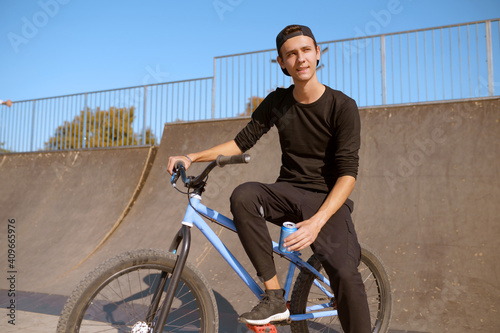 Canvas Print Young male bmx biker leisures on ramp in skatepark