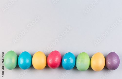 Photo Colorful pastel easter eggs on grey background.