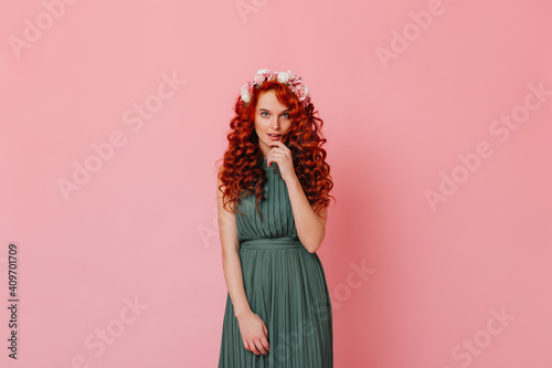 Photo Attractive lady with red curls and blue eyes looking at camera