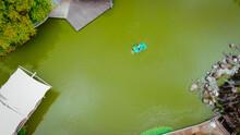 Vista Superior Lago Verde Y Hermoso, Barco Con Transporte De Personas, Viajes De Vacaciones, Paisaje Natural, Zumbido