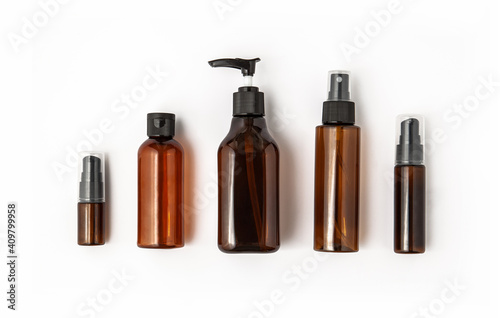 Photo Amber glass cosmetic bottles on white background