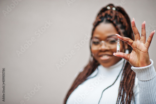 Fotografie, Obraz African american woman in eyeglasses show vaccine.