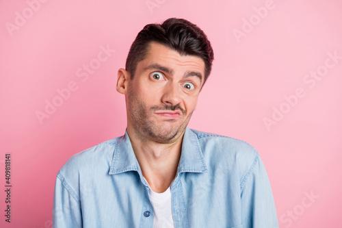 Fototapeta Photo portrait of funny unsure man doubtful grimacing shrugging shoulders not know isolated pastel pink color background obraz na płótnie