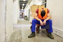 Arbeiter Sitzt Erschöpft Auf Einem Schubwagen