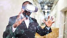 Unternehmer Mit VR-Brille Nutzt Virtual Reality In Fabrik