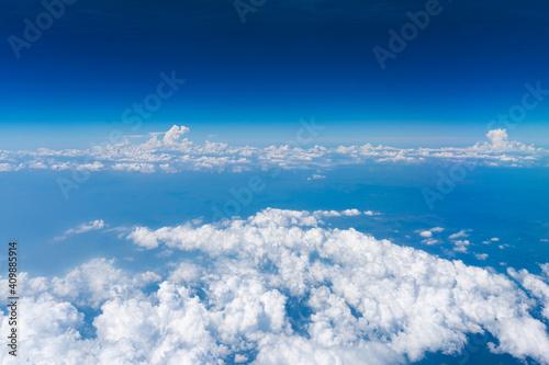 上空から見える海と立体感のある雲 Fototapeta